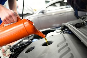 Ölwechsel in einer Autowerkstatt